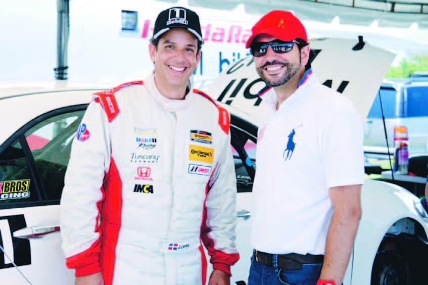 El piloto José Ricardo Leroux y Alejandro Cleves, director de Mercadeo de United Brands