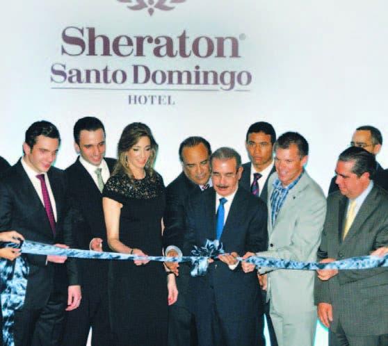 El presidente Danilo Medina al momento de cortar la cinta simbólica