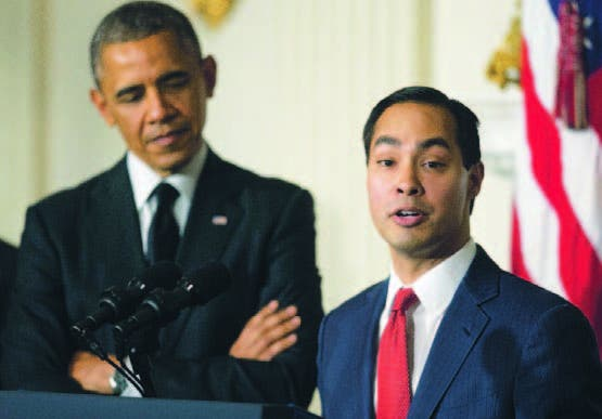 El presidente Obama escucha a Julián Castro durante su nominación