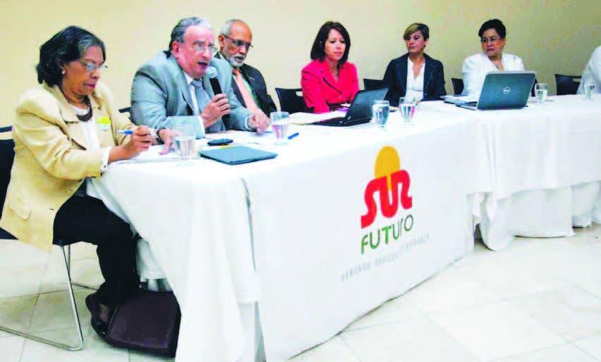 El rector de Unapec, Radhámés Mejía, comentó los resultados del informe presentado por Sur Futuro