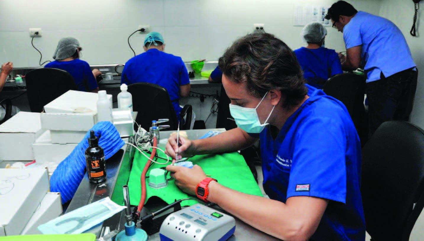 En el laboratorio de postgrado  se realizan algunas de las  investigaciones de la Escuela de Odontología