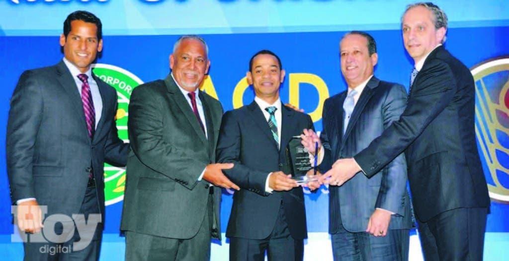 Enrique Rojas, Cronista del Año, recibe de Reinaldo Pared Pérez, presidente del Senado; Ramón Cuello, Marcos Díaz y Luis Rubio, ejecutivo de la Cervecería Nacional Dominicana