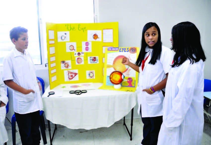 Estudiantes exponen sobre la estructura y funcionamiento del ojo humano