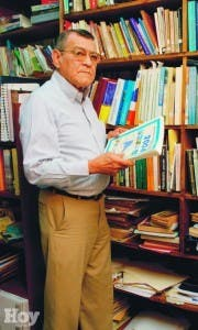Franklín Franco en su biblioteca