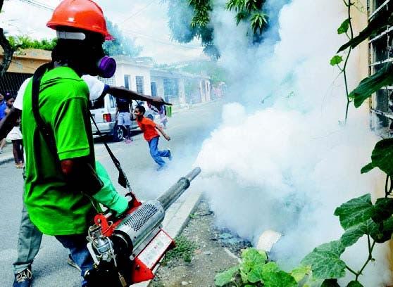 Fumigación en un barrio de San Cristóbal, República Dominicana