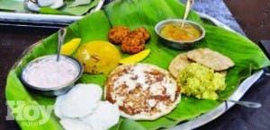 Un desayuno típico de la India. Incluye platos a base de harinas integrales, arroz, especias, papas...