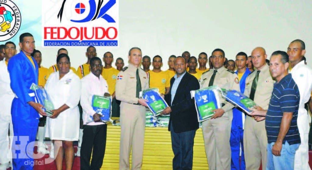 Gilberto García entrega utilería al  General de Brigada Alexis Santos Almonte. y coronel Luis R. Cruz