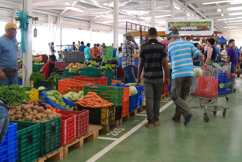 Comerciantes critican presencia de bancas de lotería en Merca Santo Domingo