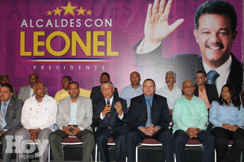 El alcalde Roberto Salcedo explica el documento.