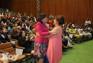 En la foto de la izquierda la vicepresidenta con Milly Quezada.  Alina Mieses