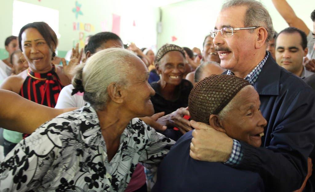 Danilo Medina abraza a madre.