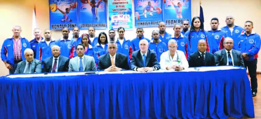 Integrantes del comité organizador con los atletas dominicanos, en el acto  en el Comité Olímpico