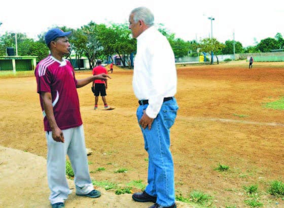 Jaime David Fernández Mirabal, conversa con un dirigente deportivo