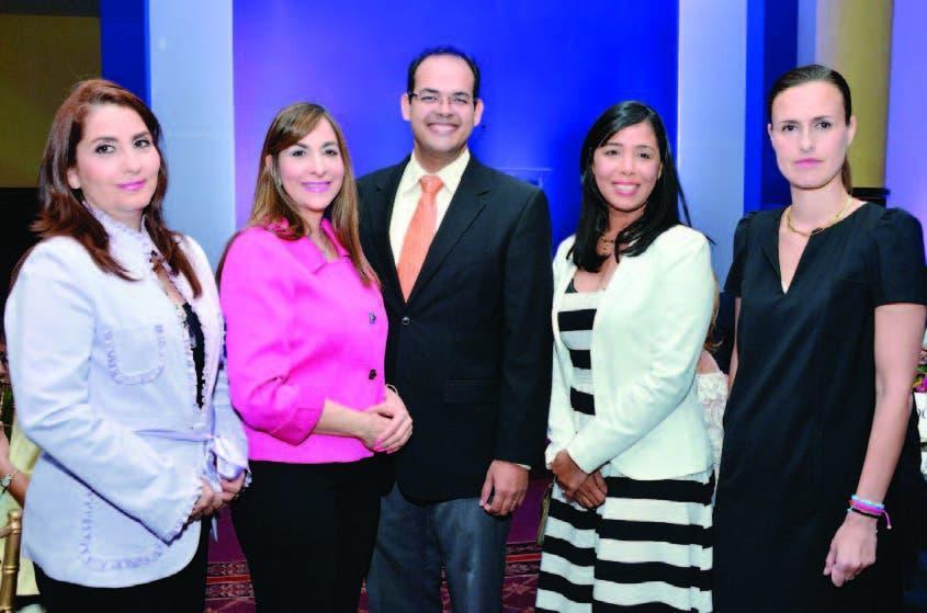 Janet Lugo, María Teresa Rizik, Luis Felipe Santana, Rosario Almánzar y la doctora María Carmen Collado