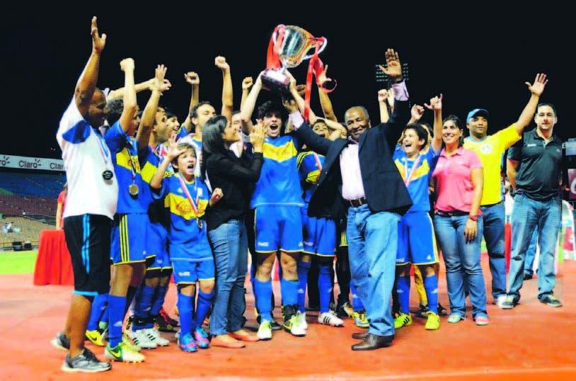 Jugadores del Colegio Babeque  reciben la copa Coca Cola, de parte de Osiris Guzmán, de Fedofútbol