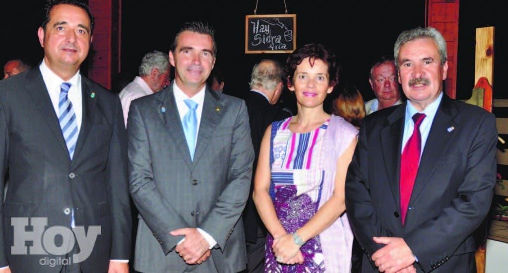 .Julio González, Juan Antonio García, presidente de Casa de España, Mónica Vásquez y Graciano Torres, presidente de Asturex
