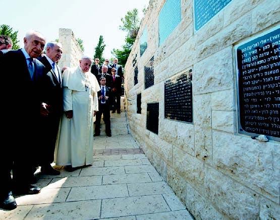 Junto a Peres y Netanyahu, Francisco visitó el Cementerio nacional