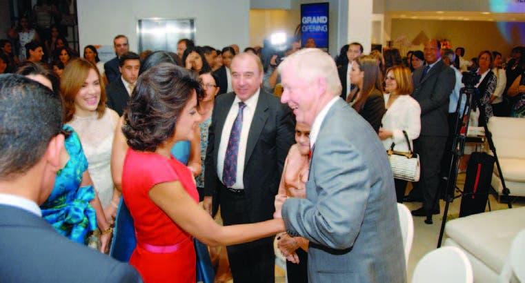 La primera dama Cándida Montilla de Medina saluda a Mike Hoff a su llegada