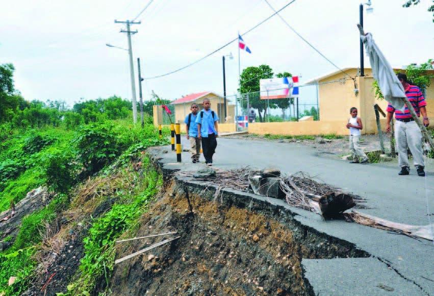 Los moradores de La Soledad temen que su escuela caiga por el precipicio. La carretera perdió un carril