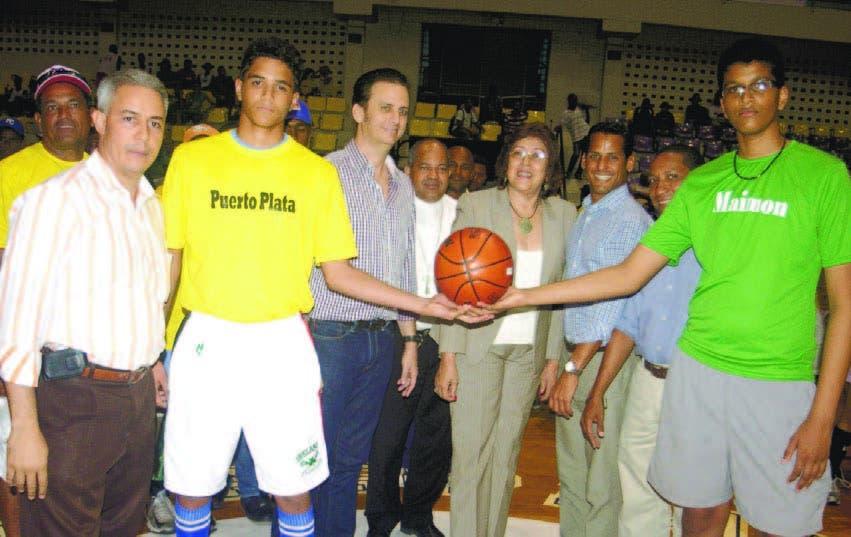 Marcos Díaz, junto a las autoridades de Puerto Plata, realizan el saque de honor y Junior Arias Noboa