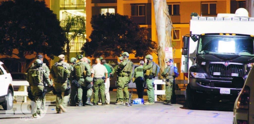 Militares e investigadores se mezclan para recoger evidencias en el lugar de la matanza cerca de la Universidad de California, EEUU