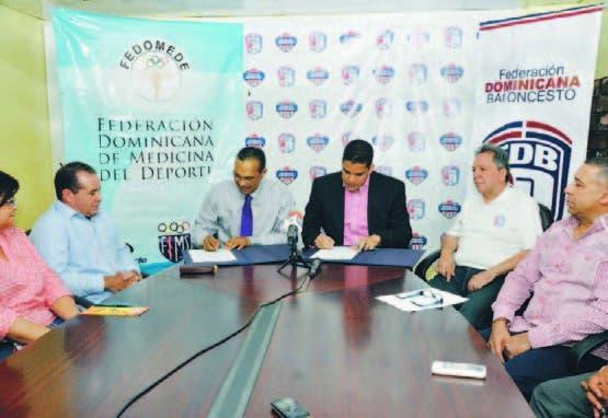 Milton Pinedo y Rafael Uribe firman el acuerdo de cooperación