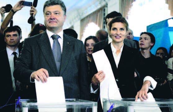 Momento que Petro Poroshenko y su esposa María votan en Kiev