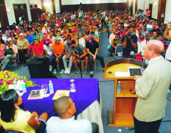 Montás durante su encuentro con jóvenes de Santiago