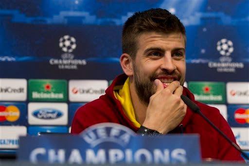 Gerard Piqué, del Barcelona, sonríe durante una conferencia de prensa. (AP Foto archivo/Jon Super). Archivo.