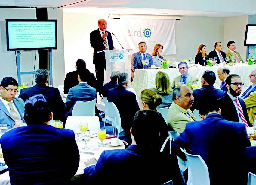 Rafael Camilo expone ante los directivos de la AIRD y los asistentes al desayuno temático