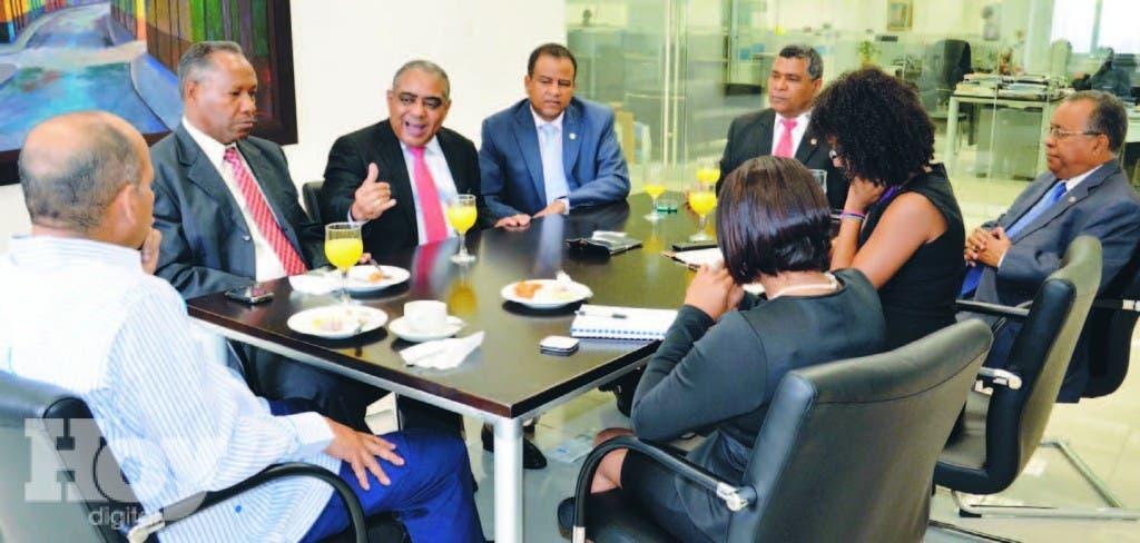 Teodoro Tejada junto a sus colegas Ramón Cruz, Domingo Tavera y Víctor Payano conversa con los periodistas Mario Méndez, Amarilis Castro Jiménez y Mayelin Acosta Guzmán