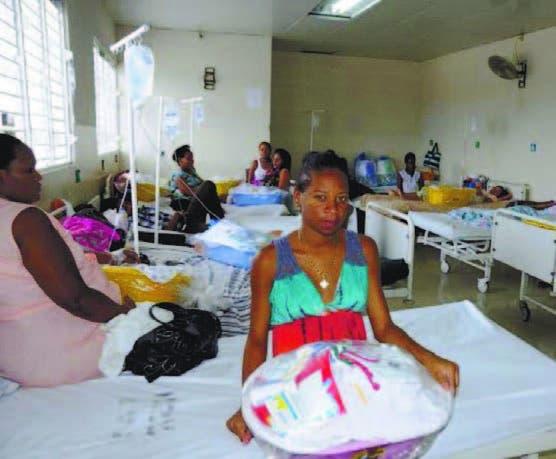 Una de las madres beneficiadas con la entrega de  canastillas