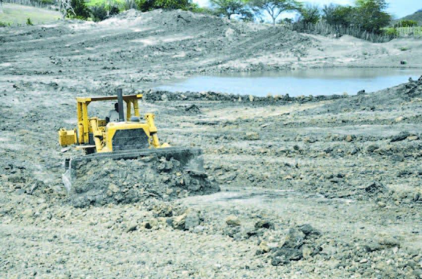 Uno de los quipos pesados trabaja en la rehabilitación de las lagunas