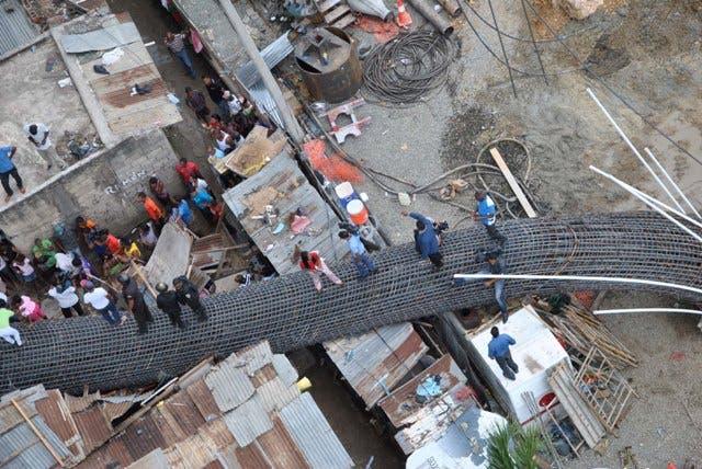 6 casa destruidas por caerle a su vivienda parte de una columna de varillas donde se extiende la construcción de la segunda Línea del Metro de Santo Domingo sector Gualey de esta capital.Fotografía Gina De Camps21-5-2014