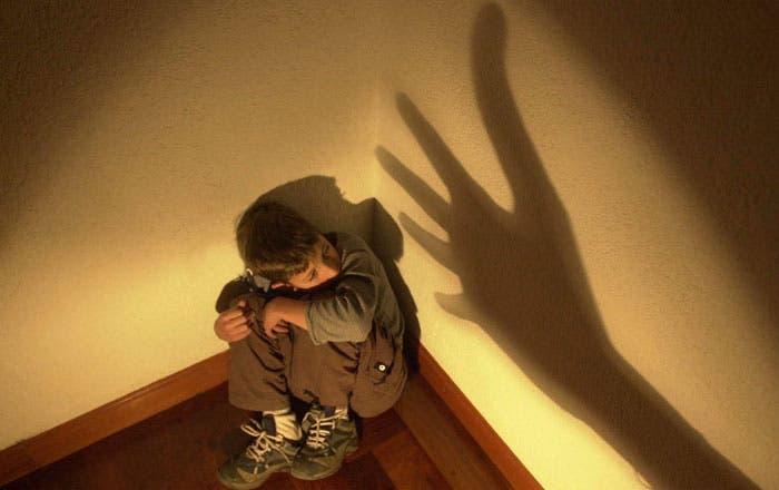Hombre aprovechaba que su pareja se fuera a dormir para abusar sexualmente de sus dos hijastros de 6 y 7 años en San Cristóbal ; le cantan 20