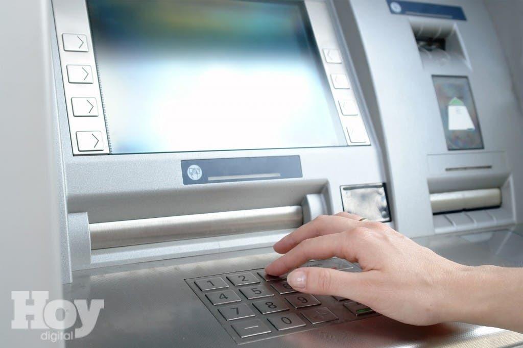 Agentes de la policía dominicana detuvieron a un colombiano sospechoso de sustraer dinero de cajeros electrónicos con datos robados de tarjetas bancarias,