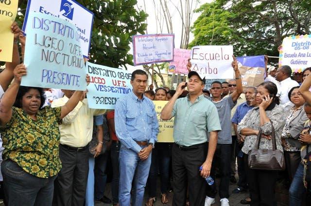 Empleados del MINERD se movilizan en Santiago contra la chikungunya.