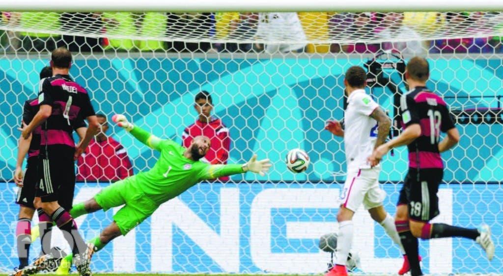 Arriba, momento en que Thomas Müller marcó el gol que definió el partido de ayer. Al lado, Müller celebra con Miroslav Klöse