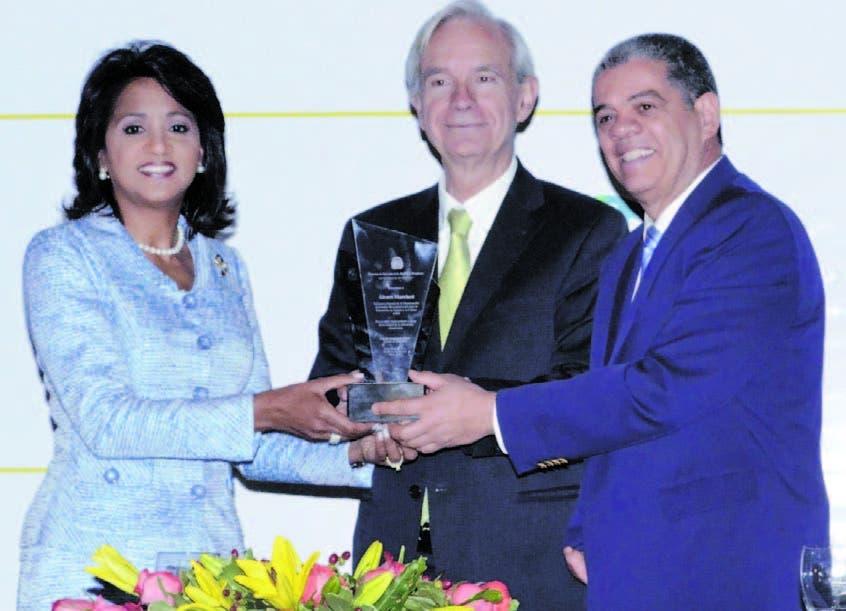 Cándida Montilla de Medina, primera dama de República Dominicana, y Carlos Amarante Baret, ministro de Educación, entregan un reconocimiento al doctor Álvaro Marchesi