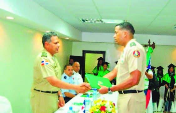 Comandante del Ejército,  Rubén Darío Paulino Sem entrega diploma
