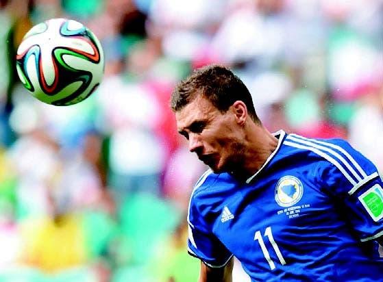 Edin Dzeko, logra un espectacular gol, para su equipo Bosnia