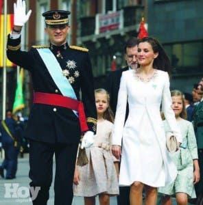 El Rey Felipe VI con su esposa la reina Leticia y sus hijas