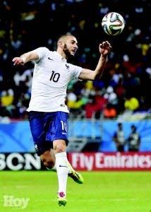 El astro  Karim Benzema, de Francia, controla  el balón, para anotar un gol ayer frente a Suiza, ayer