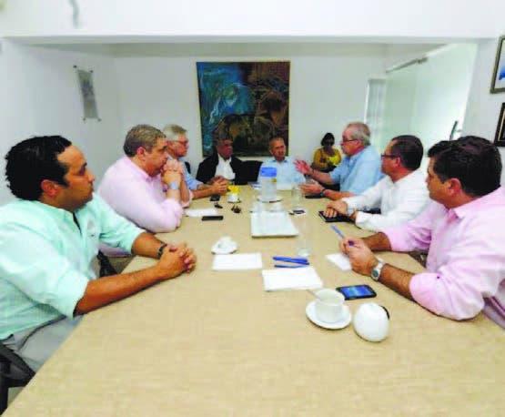 El doctor Freddy Hidalgo, al centro, con el equipo de médicos