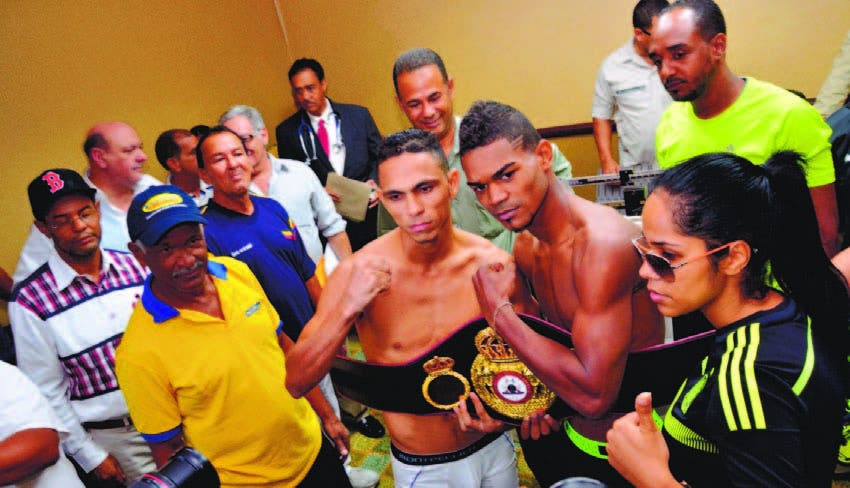 El dominicano Argenis -El Caballo- López y el colombiano Darleys Pérez después del pesaje