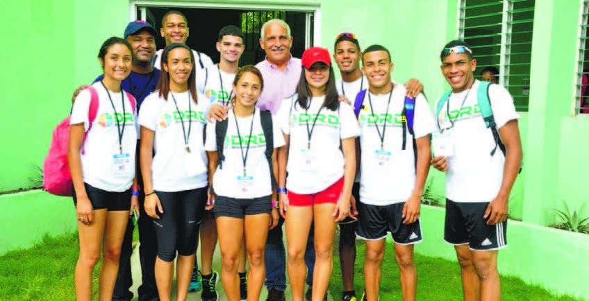 El ministro de Deportes, Jaime David Fernández Mirabal, con la selección de Puerto Rico, a su llegada