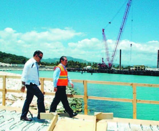 Fabio Valenzuela y Francisco Javier García inspeccionan el desarrollo de la terminal de cruceros