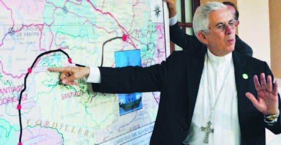 José Dolores Grullón, obispo de San Juan, muestra los puntos de vía