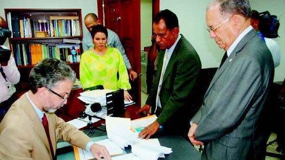José Miguel Vásquez García y Julio Mariñez depositan el documento