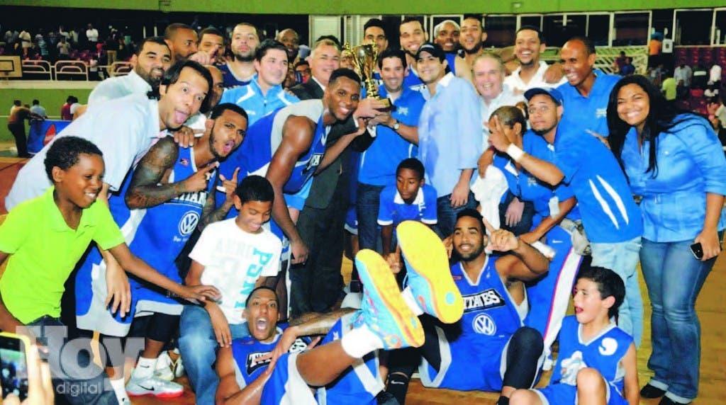Jugadores y directivos de los Titanes celebran tras conseguir su boleto a la final de la LNB por segunda temporada consecutiva